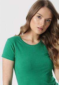 Born2be - Zielony T-shirt Echolaira. Kolor: zielony. Długość: krótkie. Styl: sportowy