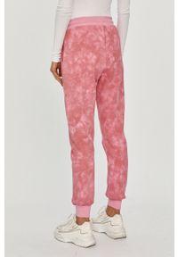Różowe spodnie dresowe Ellesse