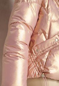 Renee - Różowa Kurtka Phoebone. Typ kołnierza: kołnierzyk stójkowy. Kolor: różowy. Materiał: tkanina. Długość rękawa: długi rękaw. Długość: długie. Wzór: aplikacja. Styl: klasyczny, elegancki