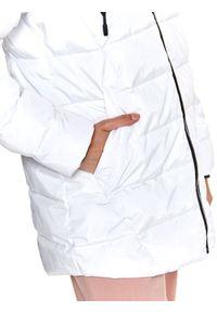 TOP SECRET - Krótka pikowana kurtka z kapturem. Typ kołnierza: kaptur. Kolor: biały. Długość: krótkie