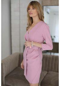 Różowa sukienka Nommo kopertowa