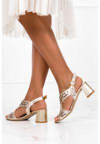 Casu - Złote sandały ażurowe na klocku polska skóra casu 2971-0. Kolor: złoty. Materiał: skóra. Wzór: ażurowy