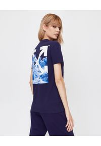 OFF-WHITE - Koszulka z grafiką na plecach. Okazja: na co dzień. Kolor: niebieski. Materiał: dresówka, jeans, bawełna. Wzór: nadruk. Styl: casual