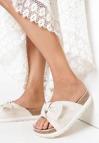Born2be - Beżowe Klapki Ashiphae. Nosek buta: otwarty. Kolor: beżowy. Materiał: dresówka. Wzór: kwiaty, aplikacja. Obcas: na platformie