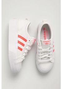 Białe tenisówki adidas Originals na średnim obcasie, na sznurówki, z cholewką, z okrągłym noskiem