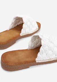 Renee - Białe Klapki Cnassyphe. Nosek buta: okrągły. Kolor: biały. Wzór: gładki, aplikacja. Obcas: na płaskiej podeszwie
