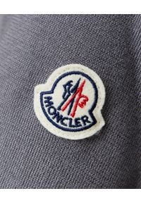 MONCLER - Szara bluza z ociepleniem. Okazja: na spacer. Kolor: szary. Materiał: jeans, jersey, materiał. Długość: długie. Wzór: aplikacja. Styl: klasyczny, sportowy