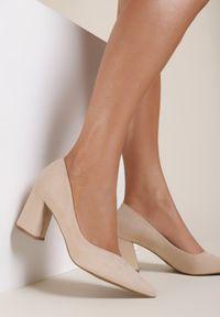 Renee - Beżowe Czółenka Aqiamare. Nosek buta: szpiczasty. Zapięcie: bez zapięcia. Kolor: beżowy. Szerokość cholewki: normalna. Obcas: na słupku. Styl: klasyczny, elegancki