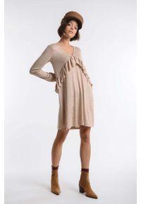 Nommo - Beżowa Dzianinowa Sukienka z Asymetryczną Falbanką. Kolor: beżowy. Materiał: dzianina. Typ sukienki: asymetryczne