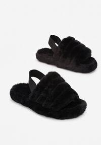 Renee - Czarne Kapcie Fyrixia. Nosek buta: okrągły. Zapięcie: pasek. Kolor: czarny. Materiał: futro, guma. Wzór: aplikacja