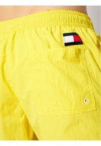 TOMMY HILFIGER - Tommy Hilfiger Szorty kąpielowe Sf Medium Drawstring UM0UM02048 Żółty Slim Fit. Kolor: żółty