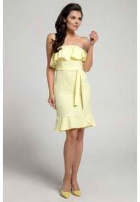 Nommo - Żółta Koktajlowa Sukienka Typu Hiszpanka z Paskiem. Typ kołnierza: dekolt hiszpanka. Kolor: żółty. Materiał: wiskoza, poliester. Styl: wizytowy #1