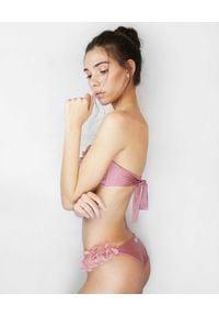 LA REVECHE - Różowy top od bikini Rasha. Kolor: różowy, fioletowy, wielokolorowy. Materiał: tkanina. Wzór: kwiaty, aplikacja