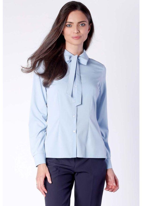 Nommo - Elegancka Błękitna Koszulowa Bluzka z Wiązaniem przy Kołnierzyku. Kolor: niebieski. Materiał: wiskoza, poliester. Styl: elegancki