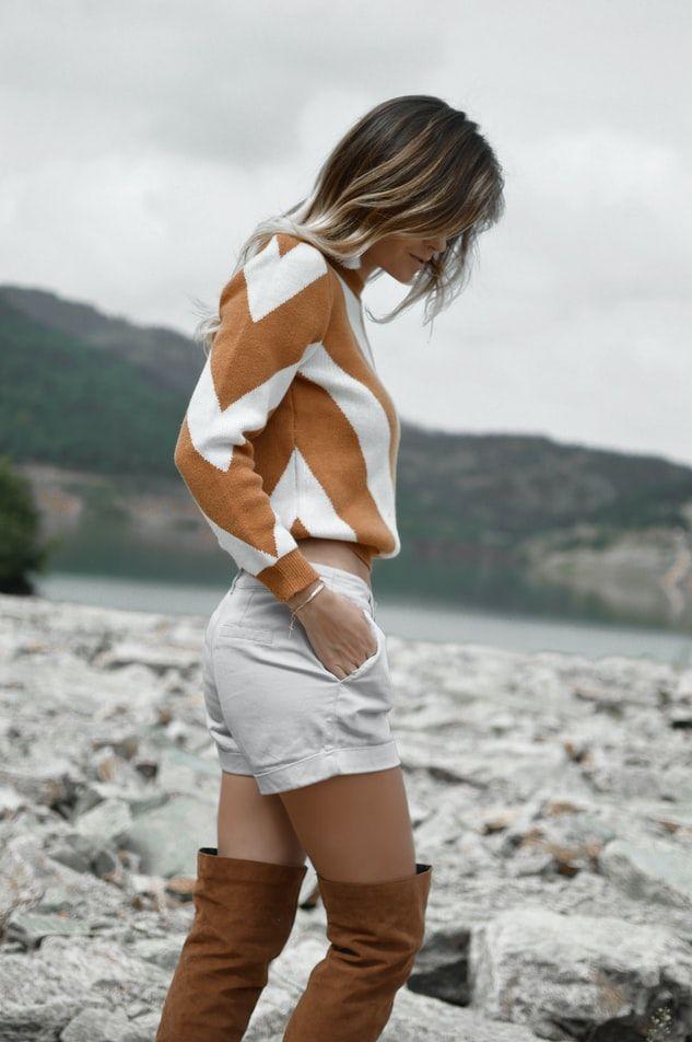 kobieta w brązowych muszkieterkach