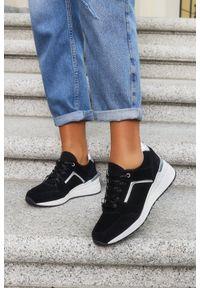 Filippo - Czarne sneakersy filippo buty sportowe sznurowane skórzane dp2003/21bk. Kolor: czarny. Materiał: skóra