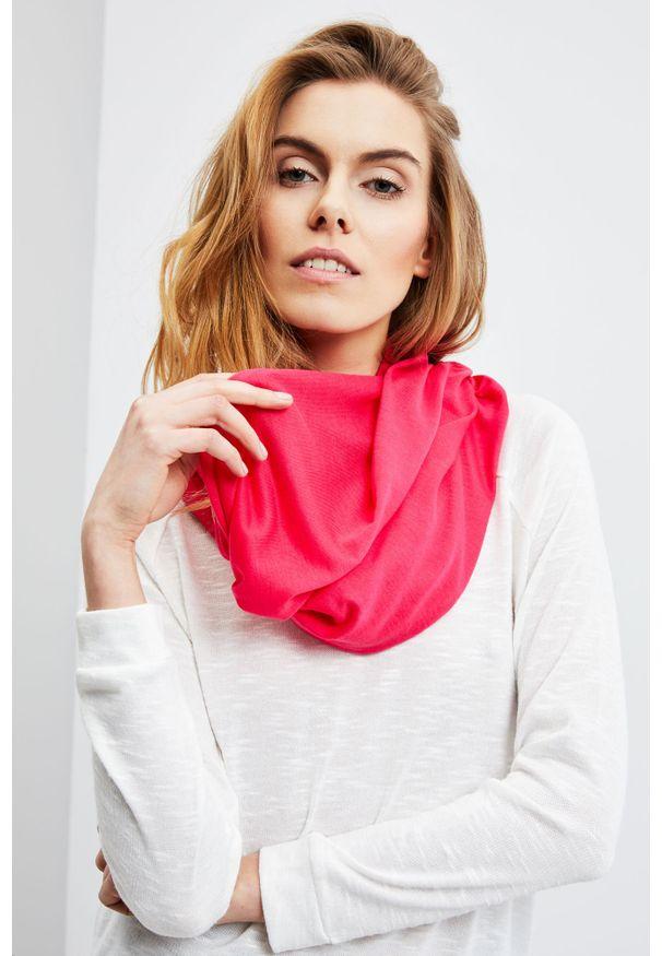 Różowy szalik MOODO w jednolite wzory