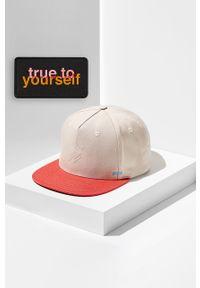 Kremowa czapka z daszkiem z aplikacjami