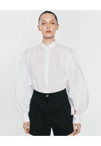 ANIA KUCZYŃSKA - Biała bawełniana koszula z marszczeniami Venus. Typ kołnierza: kołnierzyk klasyczny. Kolor: biały. Materiał: bawełna. Styl: elegancki, klasyczny