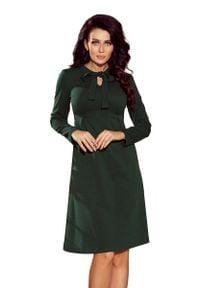 Numoco - Zielona Sukienka z Kokardą przy Dekolcie. Typ kołnierza: kokarda. Kolor: zielony. Materiał: elastan, poliester