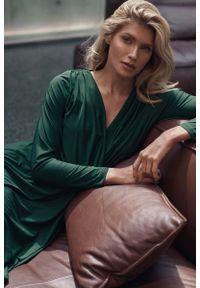 Figl - Długa Rozkloszowana Sukienka Kopertowa - Zielona. Kolor: zielony. Materiał: poliester, elastan. Typ sukienki: kopertowe. Długość: maxi