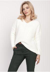 e-margeritka - Sweter oversize ecru - l/xl. Typ kołnierza: dekolt w serek. Materiał: akryl, wełna, dzianina. Długość rękawa: raglanowy rękaw. Wzór: ze splotem