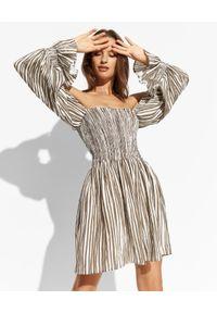 THECADESS - Jedwabna sukienka mini w paski Chloe. Okazja: na co dzień. Typ kołnierza: dekolt kwadratowy. Kolor: brązowy. Materiał: jedwab. Wzór: paski. Typ sukienki: proste, dopasowane. Styl: wakacyjny, casual. Długość: mini