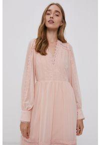 Vero Moda - Sukienka. Kolor: różowy. Materiał: tkanina, koronka. Długość rękawa: długi rękaw. Wzór: gładki. Typ sukienki: rozkloszowane