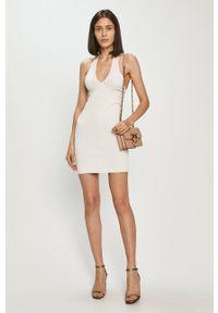 Guess - Sukienka. Kolor: biały. Materiał: dzianina. Wzór: gładki. Typ sukienki: dopasowane