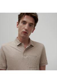 Reserved - Koszulka polo z wiskozą - Beżowy. Typ kołnierza: polo. Kolor: beżowy. Materiał: wiskoza
