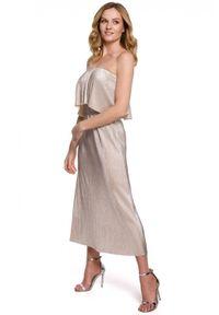 Makover - Połyskująca plisowana długa sukienka hiszpanka. Typ kołnierza: dekolt hiszpanka. Materiał: tkanina. Typ sukienki: z odkrytymi ramionami. Długość: maxi