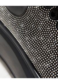 Alexander McQueen - ALEXANDER MCQUEEN - Sneakersy z drobnymi kryształami. Nosek buta: okrągły. Zapięcie: sznurówki. Kolor: czarny. Materiał: guma