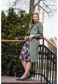 Marie Zélie - Trencz Adria bawełna z elastanem oliwkowy. Kolor: oliwkowy. Materiał: bawełna, elastan. Sezon: lato. Styl: klasyczny #4