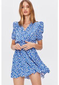 Niebieska sukienka Answear Lab z krótkim rękawem, casualowa, prosta, na co dzień
