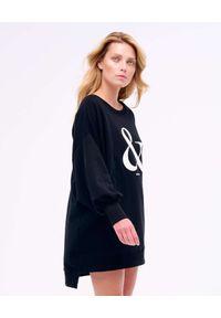 PAPROCKI&BRZOZOWSKI - Czarna sukienka mini z białym logo. Kolor: czarny. Materiał: bawełna. Długość rękawa: długi rękaw. Wzór: napisy. Długość: mini