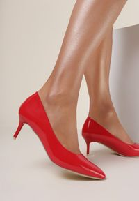 Renee - Czerwone Szpilki Caloriope. Nosek buta: szpiczasty. Zapięcie: bez zapięcia. Kolor: czerwony. Szerokość cholewki: normalna. Wzór: aplikacja. Materiał: lakier. Obcas: na szpilce. Styl: klasyczny. Wysokość obcasa: niski