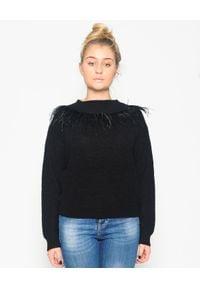 CRISTINAEFFE - Czarny sweter z piórami. Kolor: czarny. Materiał: materiał. Wzór: ze splotem, aplikacja. Sezon: jesień, zima. Styl: klasyczny