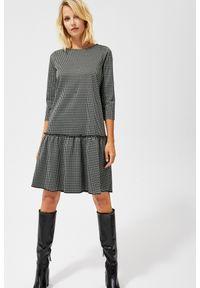 MOODO - Sukienka w pepitę z falbaną. Okazja: do pracy, na co dzień. Materiał: poliester, wiskoza, dzianina, elastan. Typ sukienki: proste, trapezowe. Styl: casual