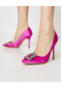 MANOLO BLAHNIK - Różowe szpilki Hangisi. Zapięcie: klamry. Kolor: różowy, fioletowy, wielokolorowy. Materiał: materiał. Wzór: aplikacja. Obcas: na szpilce. Wysokość obcasa: średni