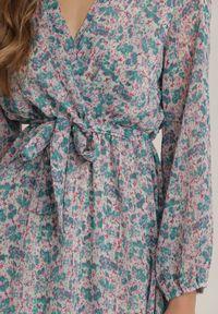 Renee - Miętowa Sukienka Nethisa. Okazja: na co dzień. Kolor: miętowy. Materiał: materiał. Długość rękawa: długi rękaw. Wzór: kwiaty. Typ sukienki: kopertowe. Styl: casual. Długość: mini