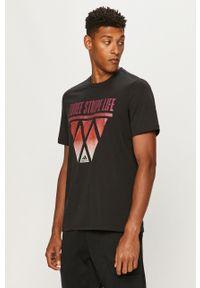 Czarny t-shirt adidas Performance casualowy, z nadrukiem