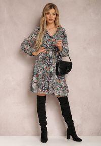 Renee - Czarna Sukienka Neraphine. Kolor: czarny. Materiał: poliester. Długość rękawa: długi rękaw. Wzór: kwiaty, nadruk. Typ sukienki: kopertowe. Długość: mini