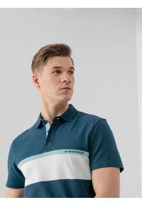 4f - Koszulka polo męska. Okazja: na co dzień. Typ kołnierza: polo. Kolor: niebieski. Materiał: bawełna, dzianina. Styl: casual