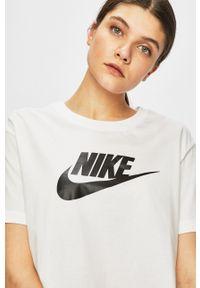 Nike Sportswear - Top. Okazja: na co dzień. Kolor: biały. Wzór: nadruk. Styl: casual