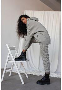Marsala - Spodnie dresowe typu jogger w odcieniu ICE FLOW - DISPLAY BY MARSALA. Stan: podwyższony. Materiał: dresówka. Styl: elegancki