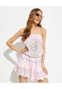GADO GADO - Różowa sukienka mini z hiszpańskim dekoltem. Kolor: wielokolorowy, różowy, fioletowy. Wzór: haft, aplikacja. Typ sukienki: rozkloszowane. Długość: mini