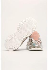 Białe buty sportowe DKNY na średnim obcasie, z okrągłym noskiem, na obcasie, z cholewką
