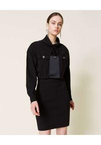 TwinSet - TWINSET - Czarna sukienka ze stójką. Typ kołnierza: kołnierzyk stójkowy. Kolor: czarny. Materiał: wiskoza, dzianina, satyna