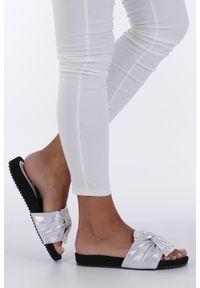 Casu - Białe klapki płaskie błyszczące z kokardą casu k19x18/s. Kolor: srebrny, biały, wielokolorowy