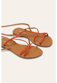 Pomarańczowe sandały ANSWEAR na klamry, bez obcasa, gładkie